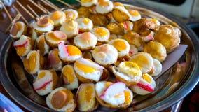 Oeufs sur le plat de caille avec le hot dog et le crabe sur le plateau Photo libre de droits