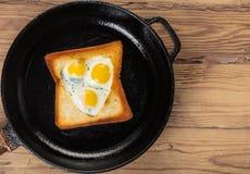 Oeufs sur le plat de caille dans un pain grillé Image stock