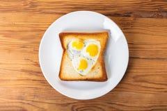 Oeufs sur le plat de caille dans un pain grillé Photographie stock libre de droits