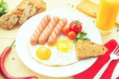 Oeufs sur le plat et saucisse frite pour le déjeuner Photos libres de droits