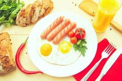 Oeufs sur le plat et saucisse frite pour le déjeuner Images libres de droits