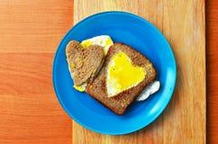 Oeufs sur le plat sous forme de coeur Image stock