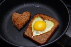 Oeufs sur le plat sous forme de coeur Photographie stock libre de droits