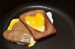 Oeufs sur le plat sous forme de coeur Photos libres de droits