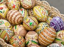 Oeufs traditionnels de Bucovina pâques dans un panier Photos libres de droits