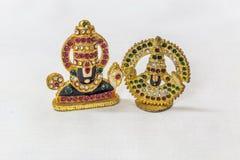 Oeuvre d'art de découpage en pierre artificielle d'idole de venkateshwara de seigneur dans un contexte blanc Macro avec la profon Images libres de droits