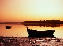 Oever bij zonsondergang, Alvor, Portugal. Royalty-vrije Stock Afbeelding