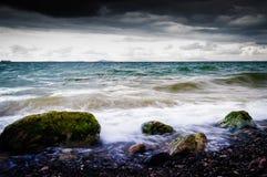 Oever met Wilde Overzeese en Onweerswind Stock Foto's