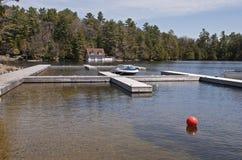 Oever van het meer die voor plezierboten dokt royalty-vrije stock foto