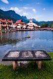 Oever van het meer door de berg Stock Foto