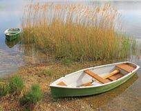 Oever van het meer met vastgelegde het roeien boten Royalty-vrije Stock Afbeelding