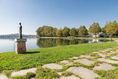 Oever van het meer van het meer van Gavirate en van Varese, provincie van Varese, Italië Stock Afbeeldingen