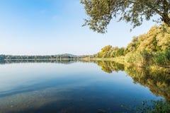 Oever van het meer van het meer van Gavirate en van Varese, provincie van Varese, Italië Stock Foto's