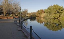 Oever van het meerpark Royalty-vrije Stock Afbeeldingen
