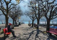 Oever van het meerpark in Brienz, Zwitserland stock foto's
