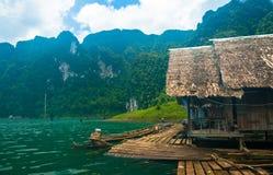 Oever van het meerplattelandshuisjes en bergen Royalty-vrije Stock Afbeeldingen