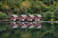 Oever van het meerplattelandshuisjes Flaam horizontaal Noorwegen Stock Foto's