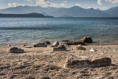 Oever van meer Manapouri Royalty-vrije Stock Foto's