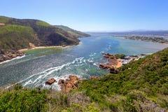 Oeverzeegezicht die binnenlands over een estuariumwaterweg kijken Royalty-vrije Stock Foto's
