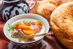 Oezbekistaans nationaal voedsel op traditionele stoffenadras stock afbeeldingen