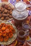 Oezbekistaans nationaal voedsel op traditionele stoffenadras royalty-vrije stock afbeeldingen
