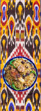 Oezbekistaans nationaal voedsel op traditionele stoffenadras royalty-vrije stock fotografie