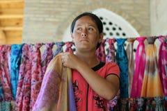 Oezbekistaanse vrouw in Boukhara, Oezbekistan royalty-vrije stock afbeeldingen