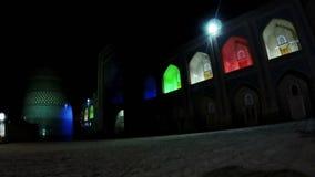 oezbekistan Khiva de onvolledige Minder belangrijke Minaret van Kalta in nachtverlichting stock video