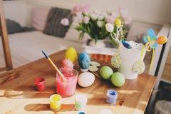 Ofício da Páscoa com crianças - a pintura eggs em casa imagem de stock royalty free