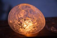 Ofício do inverno: Congele lanternas com fogo de cintilação de uma vela Fotografia de Stock Royalty Free