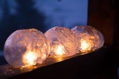 Ofício do inverno: Congele lanternas com fogo de cintilação de uma vela Imagens de Stock