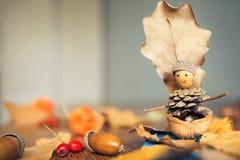 Ofício do outono com crianças barco bonito do ` s das crianças com o homem feito de materiais naturais imagem de stock