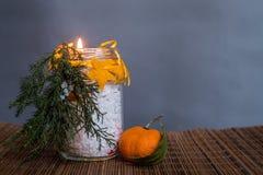 Ofício feito à mão da vela do Natal na toalha de mesa de madeira do estilo oriental no fundo cinzento Imagem de Stock Royalty Free