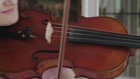 Ofício musical pelo violinista fêmea eufórico na câmera video estoque