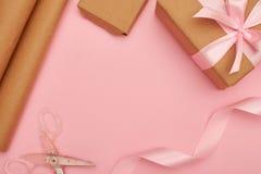 Ofício que envolve o grupo com as tesouras para decorar a caixa atual Imagem de Stock Royalty Free