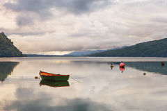 Ofício velho ancorado no fiorde de Puyuhuapi da praia, Patagon da pesca imagem de stock royalty free