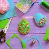 Ofícios da decoração do ovo da páscoa de feltro com grânulos plásticos Ofícios da decoração do ovo de feltro, dedal, caixa, linha imagens de stock royalty free