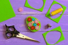 Ofícios do ovo da páscoa de feltro A decoração do ovo da páscoa de feltro com a flor de madeira colorida abotoa-se Sucata de felt imagem de stock