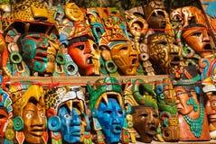 Ofícios mexicanos para turistas no mercado Lembranças coloridas, máscaras de guerreiros maias méxico imagens de stock royalty free