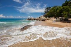 Ofördärvad tropisk strand i Sri Lanka arkivfoton