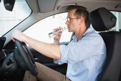 Oförsiktig man som kör, medan druckit Arkivfoto