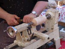 Ofício de giro de madeira em um torno Fotografia de Stock Royalty Free