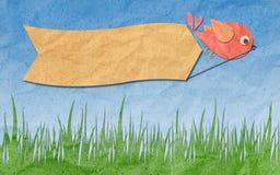 Ofício de papel, pássaro com etiqueta em branco no céu azul Foto de Stock