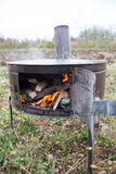 Ofen auf dem Gebiet mit Feuer Lizenzfreie Stockbilder
