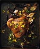 Ofen briet Truthahnbrust mit essbaren Blumen, Zwiebeln und Paprika der Forsythie stockbilder