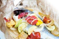 Ofen gebratene Fische mit Gemüse Stockbilder