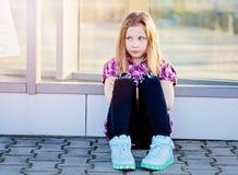 Ofendido diez años del azul observó a la muchacha en la ciudad Imagen de archivo libre de regalías