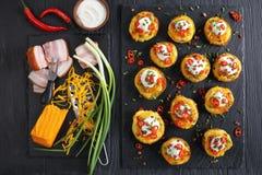 Ofenkartoffeln geladen mit geriebenem Käse lizenzfreies stockfoto