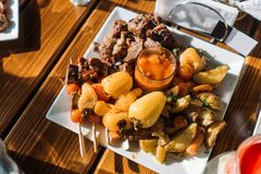 Ofenkartoffeln mit Gemüse, Fleisch und Kebab Lizenzfreie Stockbilder