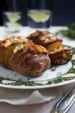 Ofenkartoffeln mit Käse und Dill Lizenzfreies Stockbild